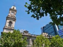 Die Uhr des Turms des Rathauses Lizenzfreies Stockbild