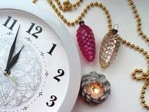 Die Uhr in Erwartung des neuen Jahres stockfoto