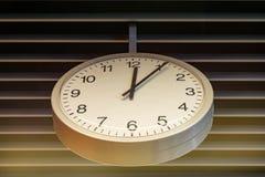 Die Uhr zeigt 5 bis 12 Lizenzfreie Stockfotografie