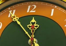 Die Uhr zeigt die Zeit von elf Stunden und von fünfundfünfzig Minuten Lizenzfreie Stockfotografie