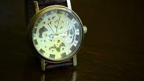 Die Uhren der eleganten teuren Männer stock footage