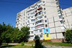 Die ukrainischen Leute malten ihre Häuser in den Farben der ukrainischen Flagge Stockfotografie