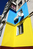 Die ukrainischen Leute malten ihre Häuser in den Farben der ukrainischen Flagge Lizenzfreies Stockbild