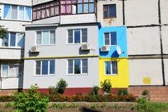 Die ukrainischen Leute malten ihre Häuser in den Farben der ukrainischen Flagge Lizenzfreie Stockbilder