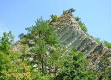 Die Umgebungen des Gebirgsflusses Kuago - felsiges Höchstendstück des Drachen (Russland, Krasnodar-Gebiet) Stockfotografie