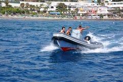 Die unbekannten Touristen, die mit dem Boot reisen, lösen entlang dem Ozean aus Lizenzfreies Stockbild
