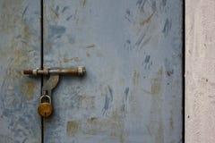Die unberührte verrostete verschlossene Tür stockfotografie