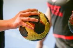 Die unbestimmten Hände, die einen Ball vor den griechischen Frauen halten, höhlen Fina stockfoto