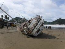 Die Unfall-Yacht auf den Strand gesetzt in San Juan Del Sur lizenzfreie stockfotografie