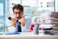 Die unglückliche verärgerte Call-Center-Arbeitskraft frustriert mit Arbeitsbelastung stockfotografie
