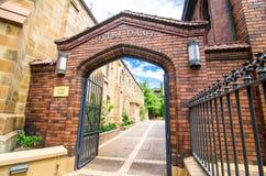 Die Universität von Notre Dame, Sydney-Campus, Bild zeigt den Haupteingang an Broadway-Straße stockfotografie