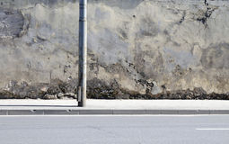 Die unterbrochene Wand nahe zur Straße stockfotos