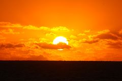 Die untergehende Sonne auf dem Meer in einer Tropeninsel, Fidschi stockfotografie