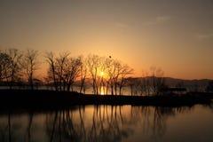Die untergehende Sonne von der Ostbank vom Biwa-See Lizenzfreie Stockfotos