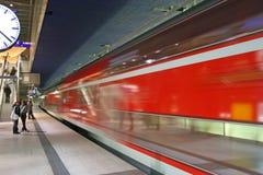 Die Untergrundbahn im Potsdamer Platz stockfotos