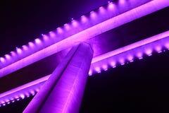 Die Unterseite der chay Brücke bai in halong Bucht Vietnam leuchtete mit purpurroter Beleuchtung Stockfotografie