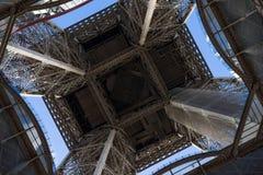 Die Unterseite des Eiffelturms Stockbilder
