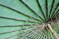 Die Unterseite eines Baumwollregenschirmes   Stockfotografie