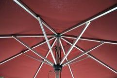 Die Unterseite eines roten Regenschirmes Lizenzfreie Stockfotografie