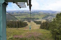 Die Unterstützung des Skilifts steigt über die Berge der Karpaten Stockfotografie