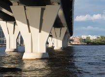 Die Unterstützungen der Brücke Lizenzfreie Stockfotos