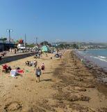 Die Urlauber, die den Sommersonnenschein Swanage genießen, setzen Dorset England Großbritannien auf den Strand Stockfotos