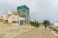 Die ursprüngliche Architektur der Gebäude der Einkaufen- und Unterhaltungszentrum Mandarine Café-Stange VinoGraD Lizenzfreies Stockbild