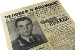 Die ursprüngliche Zeitung von der UDSSR das Komsomolskaja Prawda ab dem 13. April 1961 Schlagzeilen: Mann im Raum Der Kapitän vom stockfoto
