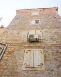 Die ursprünglichen hölzernen Fensterläden auf Steinwand in altem Budva, Montenegro Stockbild