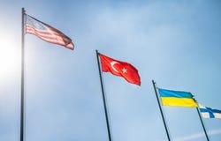Die US Flaggen, Türkei und Ukraine Stockbild