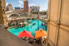 Die venetianische Hotel- und Kasinoansicht des Kanals und der Gondel reiten Stockbilder