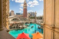 Die venetianische Hotel- und Kasinoansicht des Kanals und der Gondel reiten Stockfoto