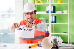 Die verärgerte Bauaufsichtskraft, die Vertrag kündigt lizenzfreies stockfoto