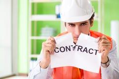 Die verärgerte Bauaufsichtskraft, die Vertrag kündigt stockbild
