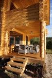 Die Veranda eines Holzhauses, auf dem es eine Tabelle und Stühle für die Entspannung gibt lizenzfreies stockbild