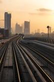 Die verbiegende Bahn bei Sonnenuntergang, Stadt Lizenzfreie Stockfotografie