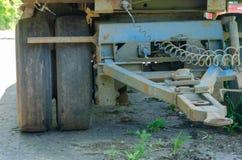 Die Verbindung zwischen Sattelzugmaschine und Auflieger stockfotos
