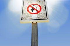 Die verbotene Fischerei oder die nicht nicht Fische unterzeichnen auf hölzerner Pfosten verbotenem Signal unter blauem Himmel Stockbilder