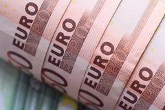 Die verdrehten Banknoten auf 50 Euro. Stockbilder