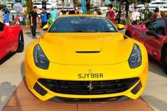 Die Verein-Inhaber Singapurs Ferrari, die ihre Ferrari-Autos während Singapur-Yacht zur Schau stellen, stellen bei einem Grad 15 M Lizenzfreies Stockbild