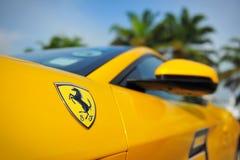 Die Verein-Inhaber Singapurs Ferrari, die ihre Ferrari-Autos während Singapur-Yacht zur Schau stellen, stellen bei einem Grad 15 M Lizenzfreie Stockbilder