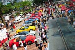 Die Verein-Inhaber Singapurs Ferrari, die ihre Ferrari-Autos während Singapur-Yacht zur Schau stellen, stellen bei einem Grad 15 M Stockfotos