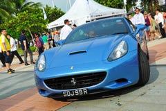 Die Verein-Inhaber Singapurs Ferrari, die ihre Ferrari-Autos während Singapur-Yacht zur Schau stellen, stellen bei einem Grad 15 M Stockfotografie