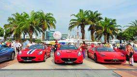 Die Verein-Inhaber Singapurs Ferrari, die ihre Ferrari-Autos während Singapur-Yacht zur Schau stellen, stellen bei einem Grad 15 M Stockbilder