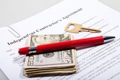 Die Vereinbarung des Kontaktgebers mit Schlüssel und Dollaranmerkungen Stockfoto