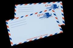 DIE VEREINIGTEN STAATEN VON AMERIKA - CIRCA 1968: Ein alter Umschlag für Luftpost mit einem Porträt von John F kennedy stockfotos
