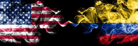 Die Vereinigten Staaten von Amerika gegen Kolumbien, kolumbianische rauchige mystische Flaggen nebeneinander gesetzt Dicke farbig lizenzfreie abbildung