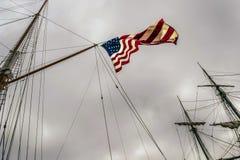 Die Vereinigten Staaten von Amerika kennzeichnen unfurled auf Schiff ` s Mast Lizenzfreies Stockbild