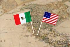 Die Vereinigten Staaten von Amerika und das Mexiko kennzeichnet Stifte von einer Weltkarte, Konzept der politischen Beziehungen lizenzfreie stockbilder