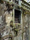 Die verfallende Wand mit einem Gitterfenster in Ouro Preto Minas Gerai stockbild